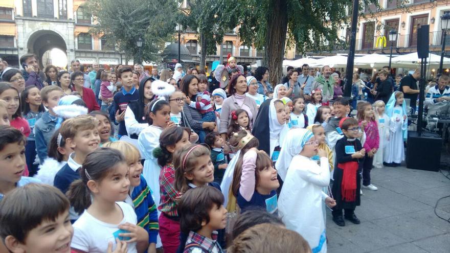 Niños vestidos de santos en 'Holywins'