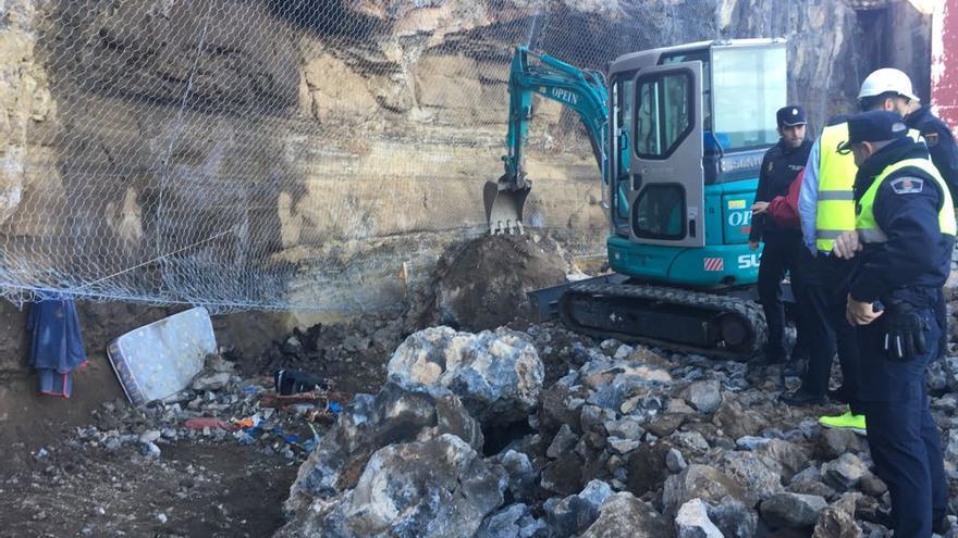 Tareas de desescombro de la zona de La Isleta afectada por el derrumbe.