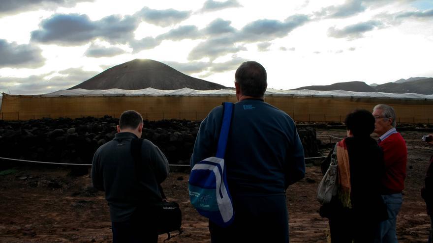 Visitantes ven la salida del sol durante el Solsticio de Invierno en el Túmulo de La Guancha. VIAJAR AHORA