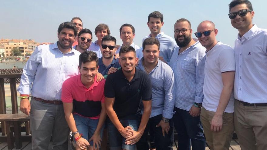 Javier Ager Solano -con gafas de sol- junto a Fernando López Miras y delante de Teodoro García Egea / Twitter de NNGG de la Región de Murcia