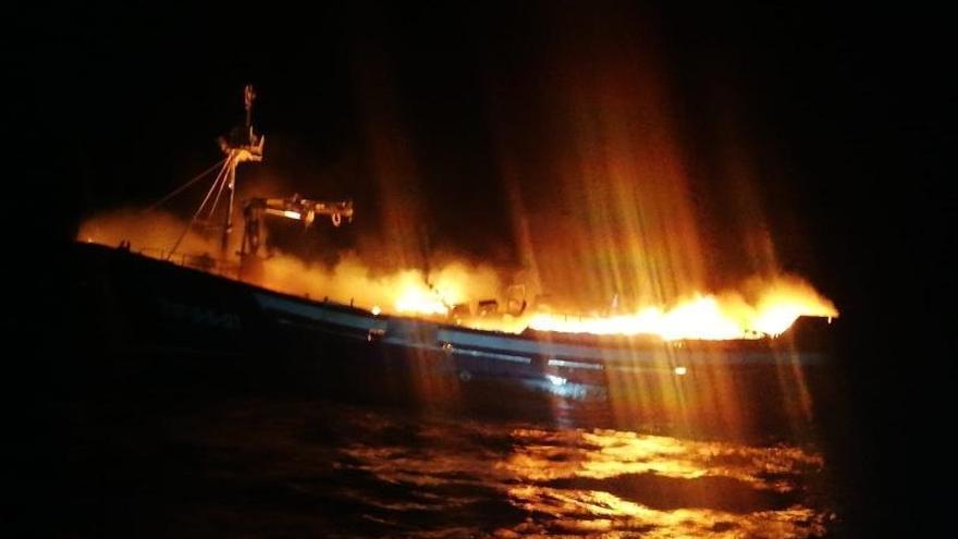 Pesquero de Santoña incendiado en las costas de Vizcaya