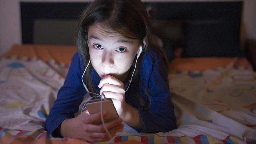 Una niña utilizando un 'smartphone'