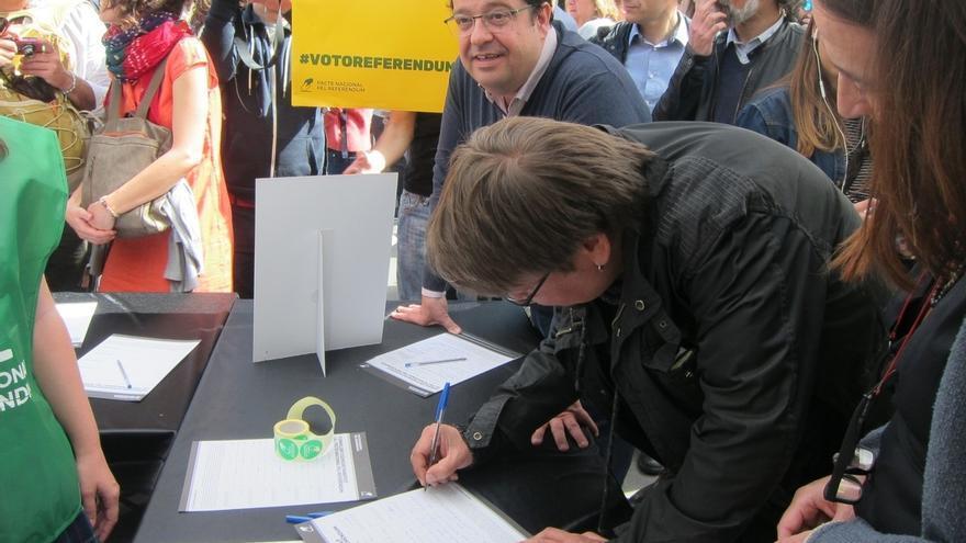 """Elena pide firmas de apoyo al referéndum por ser """"el anhelo de la mayoría"""" de catalanes"""