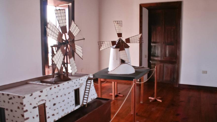 Maqueta de una molina (en primer término) y un molino en el museo de Tiscamanita.