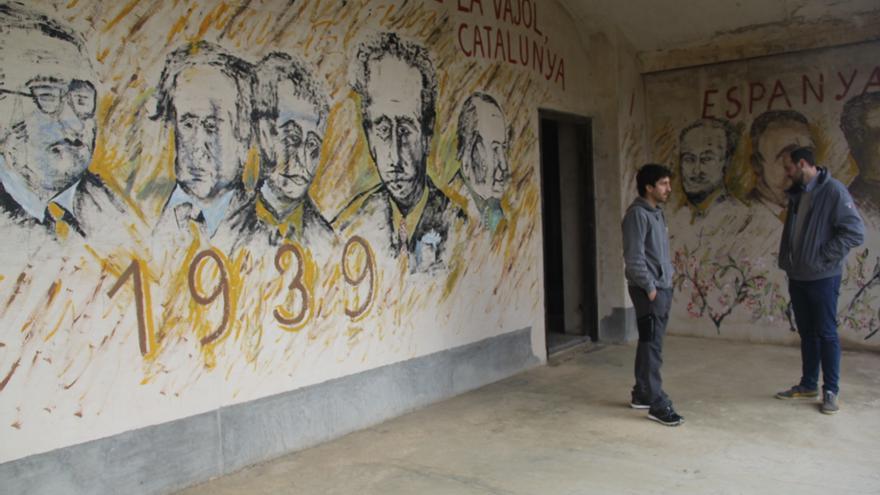 Mural pintado por el expropietario Miquel Giralt en la pared del balcón del edificio que recuerda a los políticos exiliados