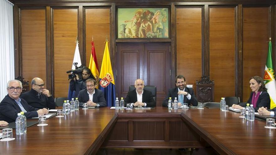 Reunión entre representantes del Cabildo de Gran Canaria y de Red Eléctrica de España.
