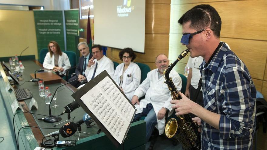 Jazz durante la extirpación de un tumor cerebral, técnica médica pionera desde un hospital de Málaga / EFE