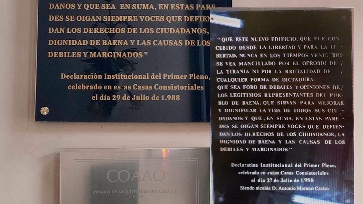 La nueva placa sin el nombre abajo, donde estaba en la antigua placa (dcha).