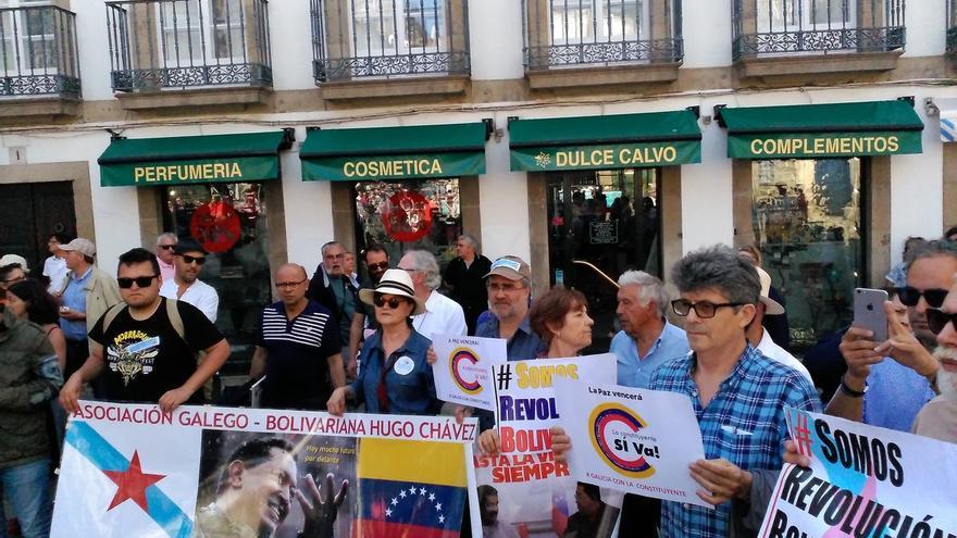 Decenas de personas se concentran en Santiago a favor de Maduro y detractores del 'chavismo' interrumpen el acto