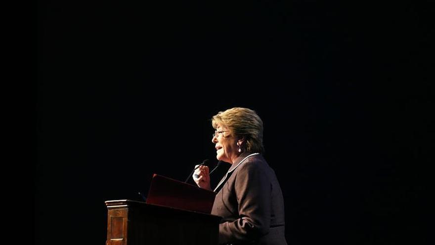 Bachelet vincula su plan anticorrupción con una nueva Constitución para Chile