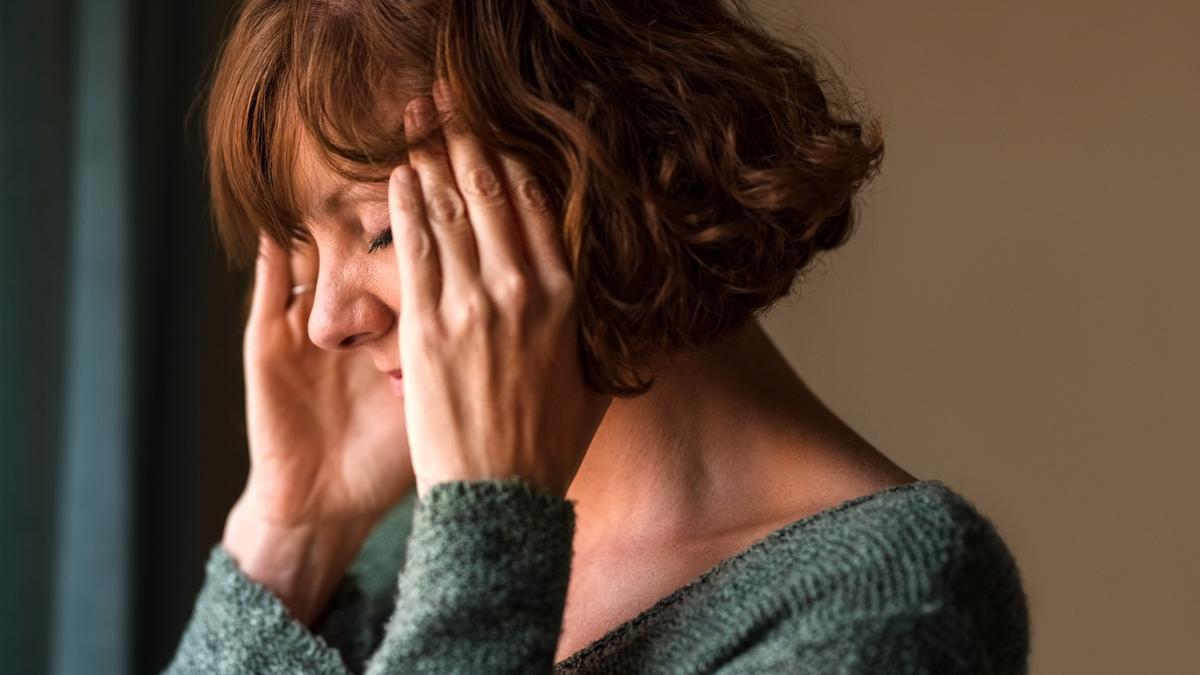 Una mujer con dolor de cabeza.