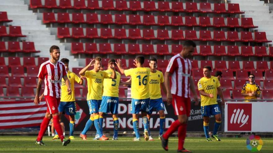 Los jugadores de la UD Las Palmas celebran uno de los dos goles anotados en Montilivi frente al Girona.