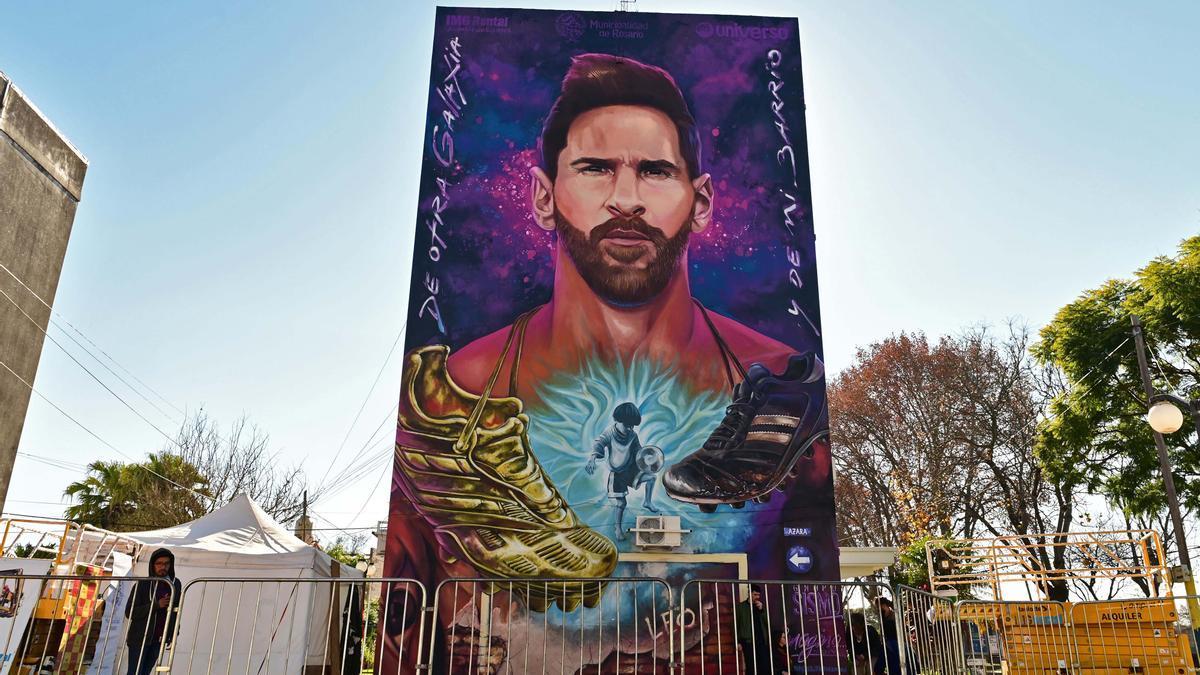 """El mural en el barrio rosarino de La Bajada, en aquellos años en que el pequeño """"Leo"""" jugaba en los potreros del barrio, se ponía la camiseta rojinegra del fútbol infantil de Newell's y soñaba... con jugar en Primera."""