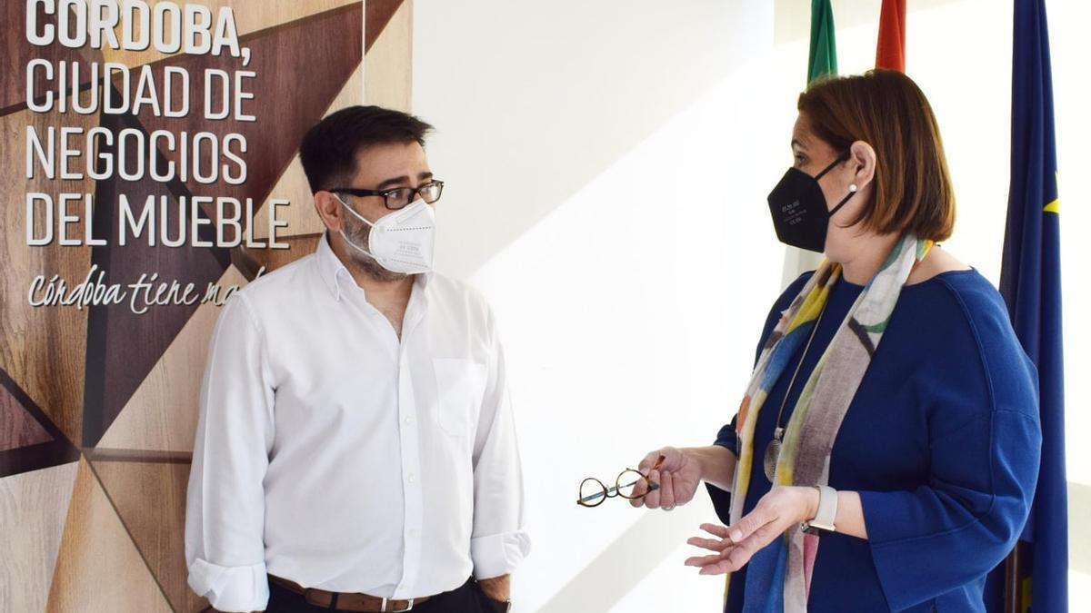 El presidente de UNIEMA, Enrique Fernández, junto a la presidenta del Imdeec, Blanca Torrent.