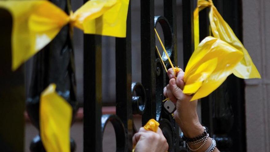 El juez archiva la denuncia a 14 identificados por quitar lazos amarillos