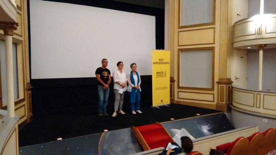 Conchi Castro (c) junto a activistas de Amnistía Internacional.
