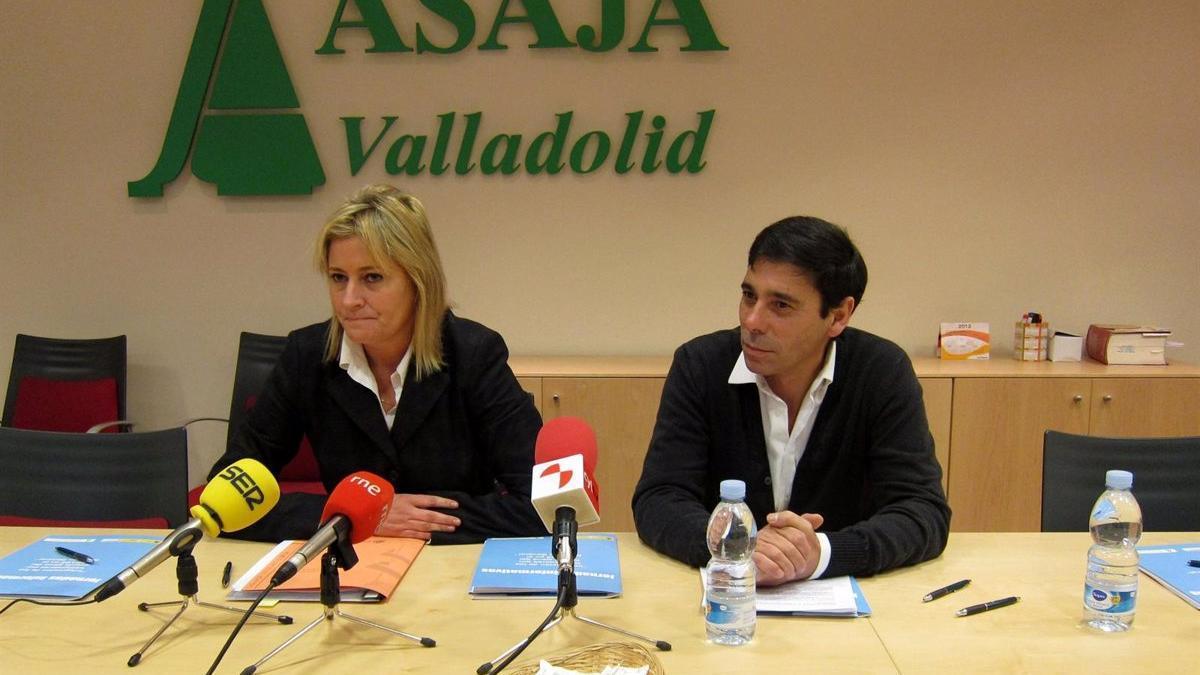 Imagen de 2012, cuando Lino Rodríguez era el presidente de Asaja Valladolid, junto a la directora provincial de la Tesorería General de la Seguridad Social en Valladolid, Paula Roch.
