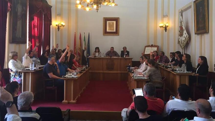 Pleno municipal Mérida Momento en que la oposición, a la izquierda, vota en contra del presupuesto