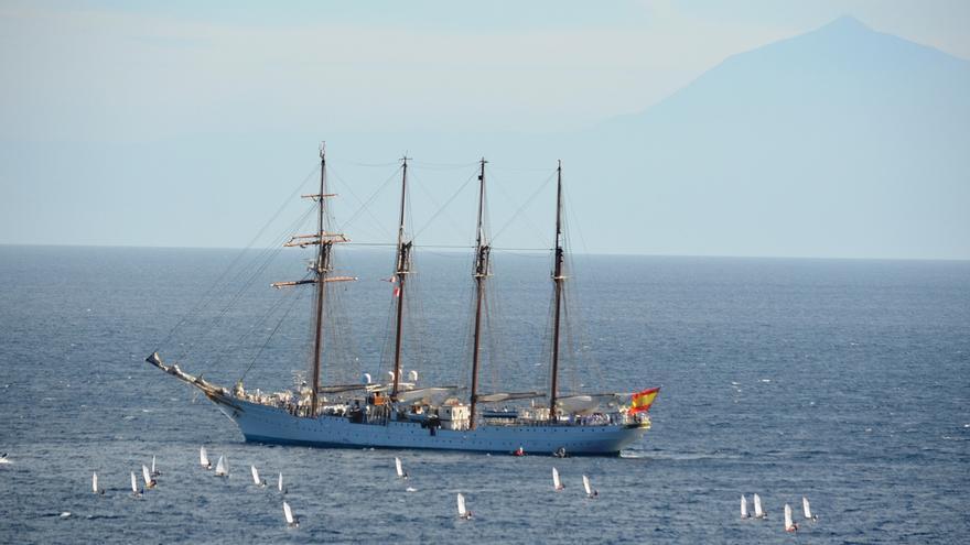 El 'Juan Sebastián Elcano' fue despedido por varias embarcaciones. Foto: FRANCISCO JIMÉNEZ