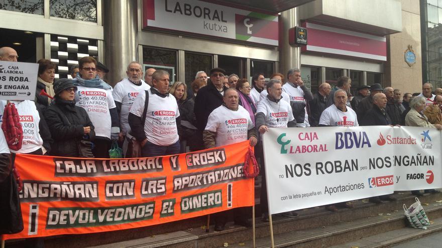 Afectados por las subordinadas de Eroski y Fagor se concentran frente a la sede de Caja Laboral en Bilbao. /EDN