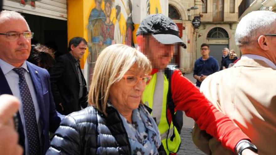 Teresa Gomis abandona l'Ajuntament de Reus acompanyada per la Guàrdia Civil i en companyia de l'alcalde, Carles Pellicer / Fabián Acidres - Reus Digital