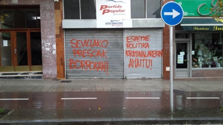PP de Álava denuncia el ataque a su sede de Amurrio, con pintadas sobre presos de ETA y silicona en la cerradura