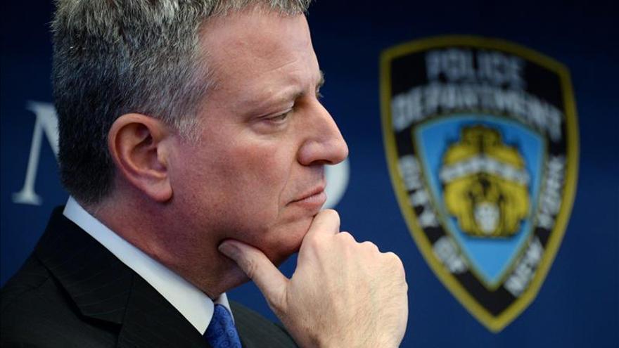 El alcalde de Nueva York participa en una vigila por las víctimas de París
