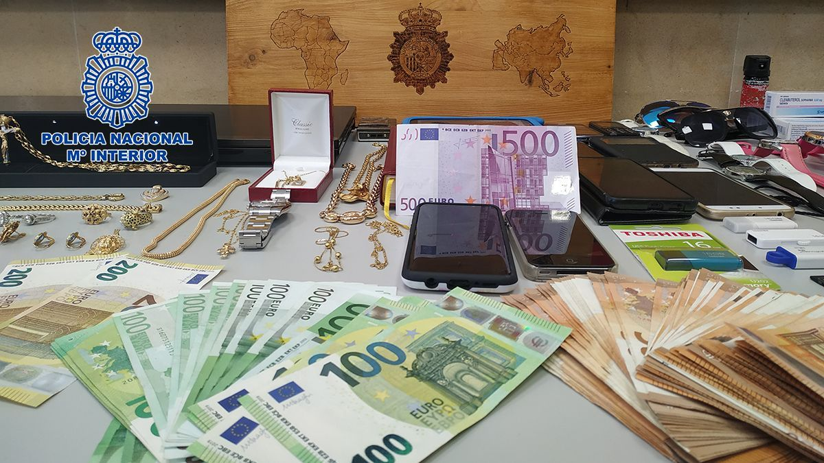 Dinero, material y joyas incautadas por la policía en este operativo