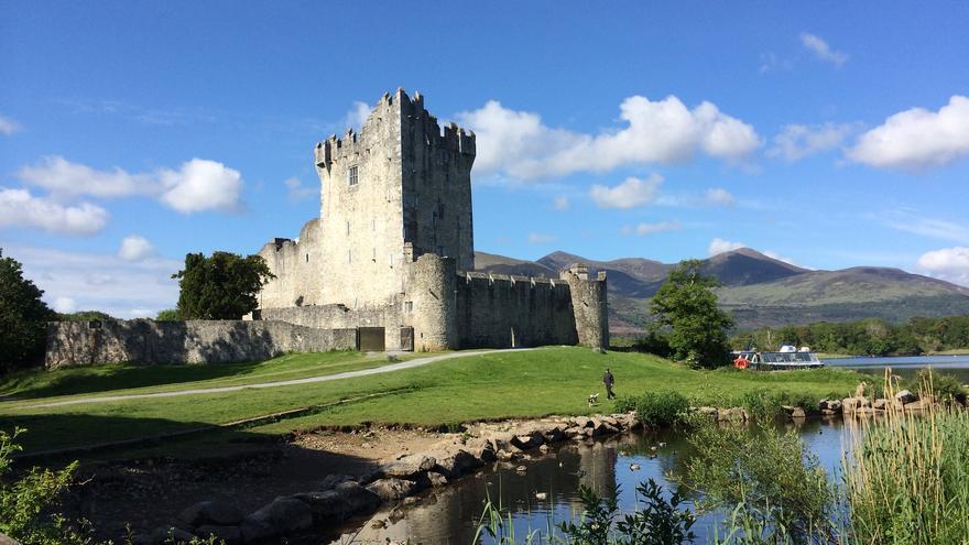 El Castillo de Ross vigila las aguas del Lago Leane. Es la puerta de entrada al Parque Nacional Killarney. Andrew Mager