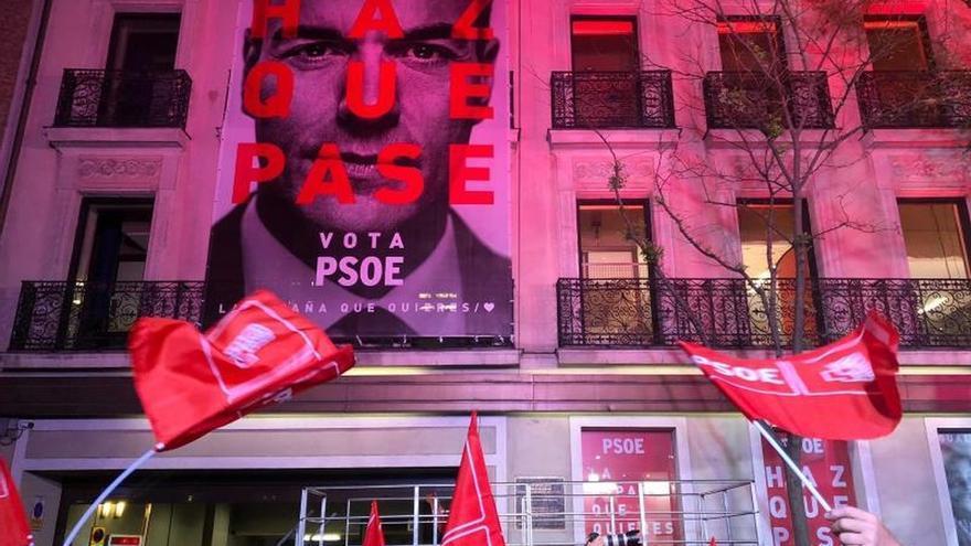 El PSOE monta un escenario para celebrar su victoria tras once años