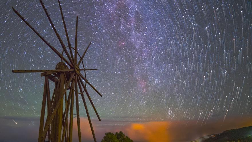 Imagen de Astronomía del Día. Título: 'El molino de viento y los rastros de estrellas'. Autor: Juan Antonio González.