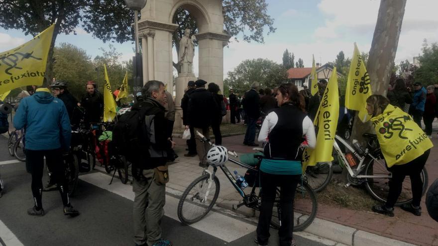 Una de las columnas en bicicleta marcha hacia Gernika por los refugiados.