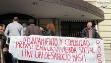 Los fondos buitres inician el año con desahucios en los pisos protegidos que compraron en Madrid. / L.O.