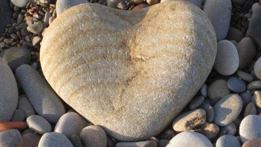 El 'trofeo' para el 'ganador' del Premio Corazón de Piedra 2013: una piedra con forma de corazón encontrada en la playa.