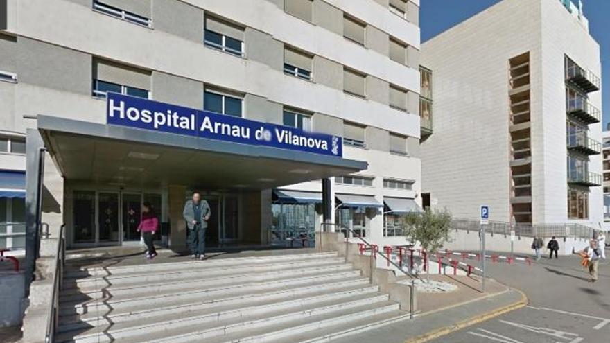 Entrada al hospital Arnau de Vilanova, en València.