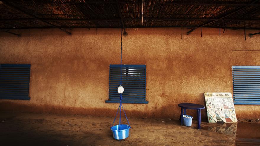 Malaria y desnutrición forman un círculo vicioso: sin acceso a alimentos ricos en micronutrientes, muchos niños sufren de desnutrición. Los niños desnutridos son más susceptibles a contraer una malaria con complicaciones. La malaria, por su parte, debilita el metabolismo y conduce a la pérdida de apetito. Ambas enfermedades tienen muchas posibilidades de acabar asociándose. Fotografía: Juan Carlos Tomasi