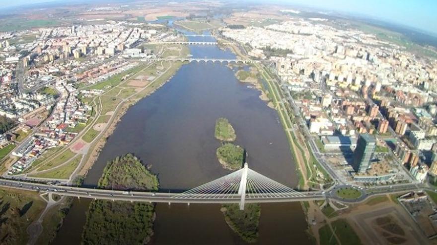 Río Guadiana, a su paso por Badajoz / @CH_Guadiana