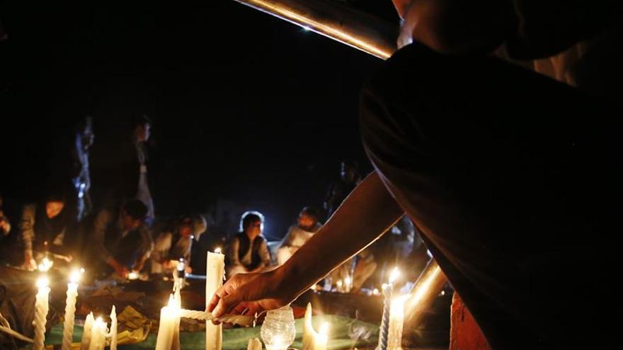 Afganistán guarda una jornada de luto nacional tras el ataque con 80 muertos