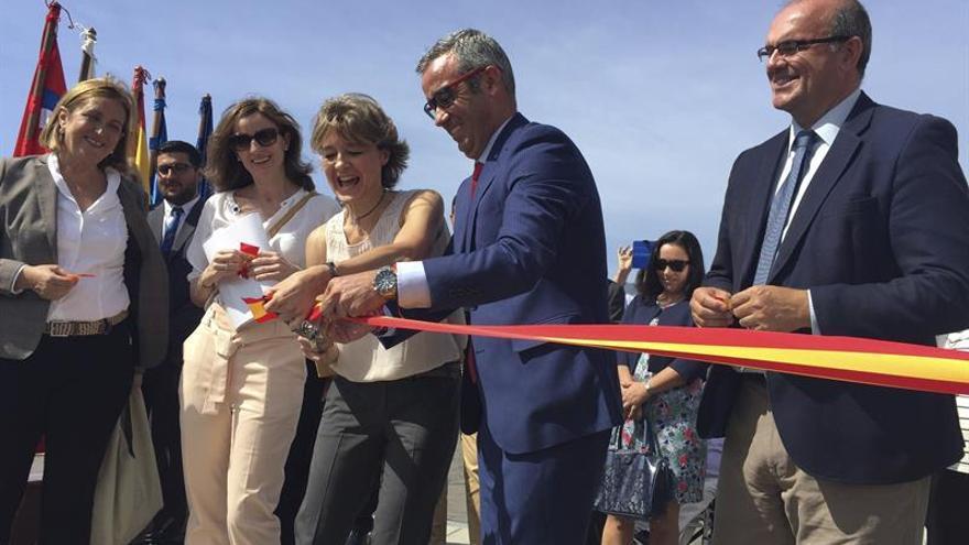 Isabel García Tejerina, junto al alcalde de Santa Cruz de La Palma, Sergio Matos, este martes