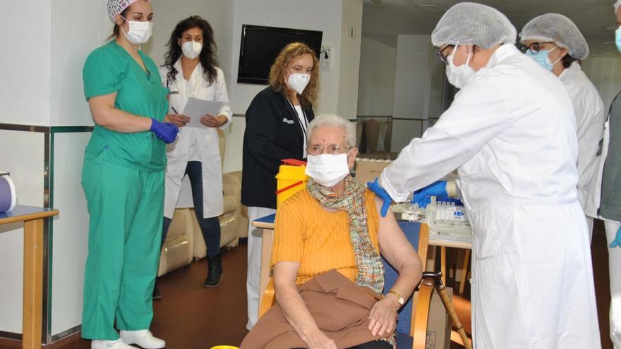 Benilde Domingo, de 86 años, ha sido la primera vacunada contra el coronavirus en la provincia de Castellón, concretamente en una residencia de Burriana.