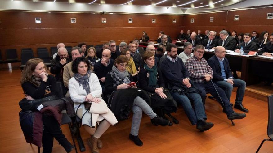 Los acusados del 'caso De Miguel' el día que arrancó el juicio / ADRIÁN RUIZ HIERRO (EFE)