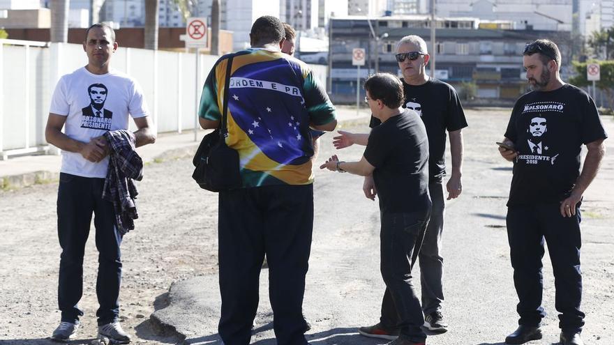 Un grupo de seguidores del candidato Bolsonaro