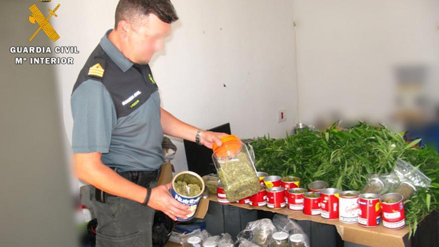 Un agente comprueba la droga incautada en Baena.
