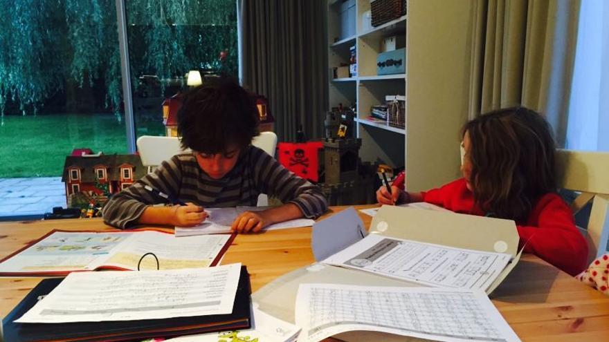 Dos de los hijos de Cristina y Sergio estudiando en casa. / Foto cedida