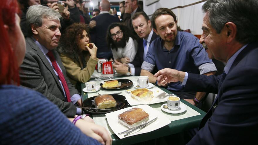 Revilla e Iglesias, junto a miembros de Podemos y del PRC, han desayunado sobaos en un bar cercano al Gobierno.   NACHO ROMERO