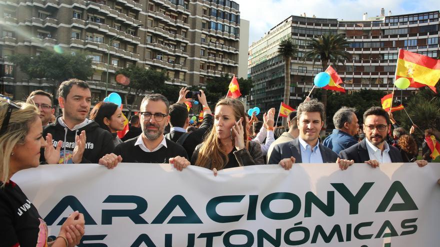Dirigentes de Ciudadanos en las Islas en la cabecera de la manifestación convocada por Jusapol. (ALEJANDRO RAMOS)