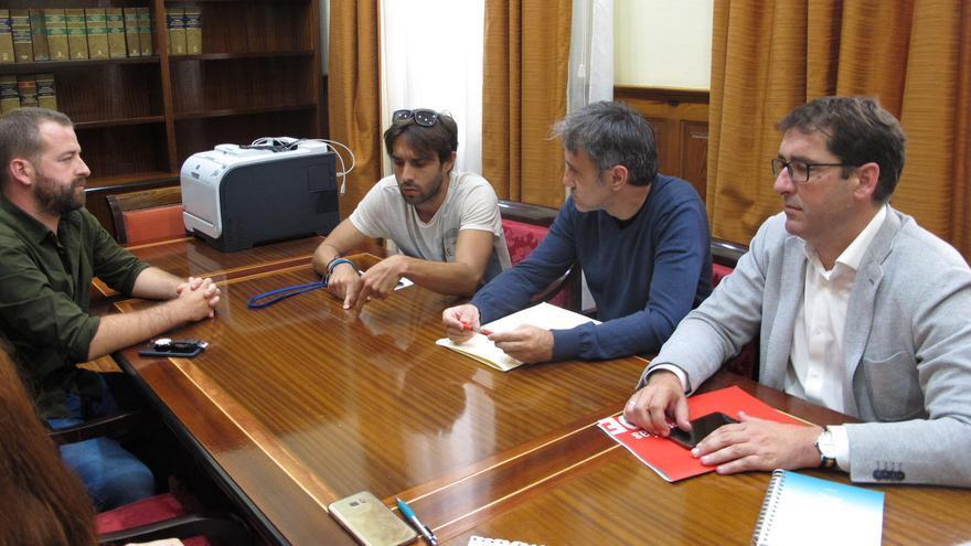Juan Márquez e Ignacio Álvaro Lavandera, junto a los representantes del sindicato Unión de Profesionales de la Comunicación de Canarias (UPCC).
