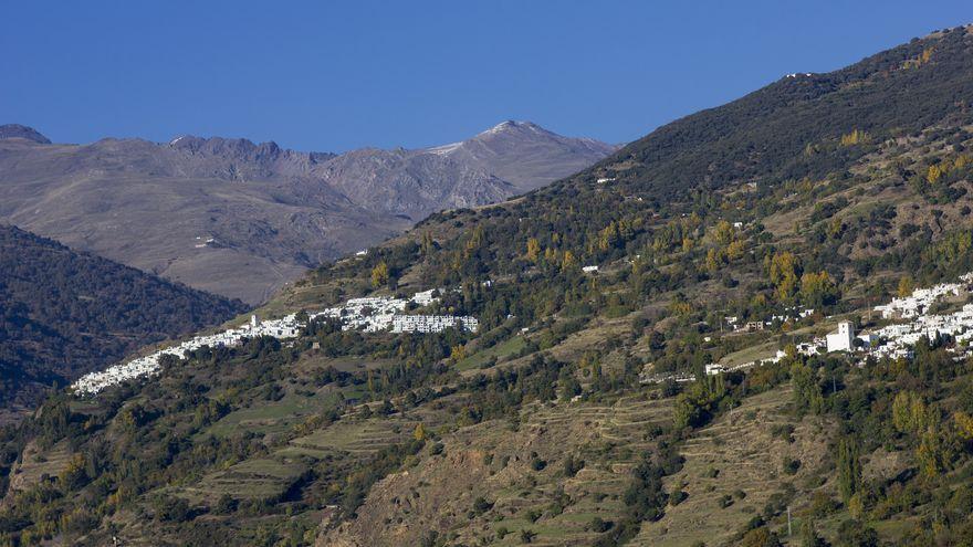 Los pueblos de Bubión y Capileira ocupan la cabecera del Baranco del Poqueira, justo antes de las primeras cumbres de Sierra Nevada.