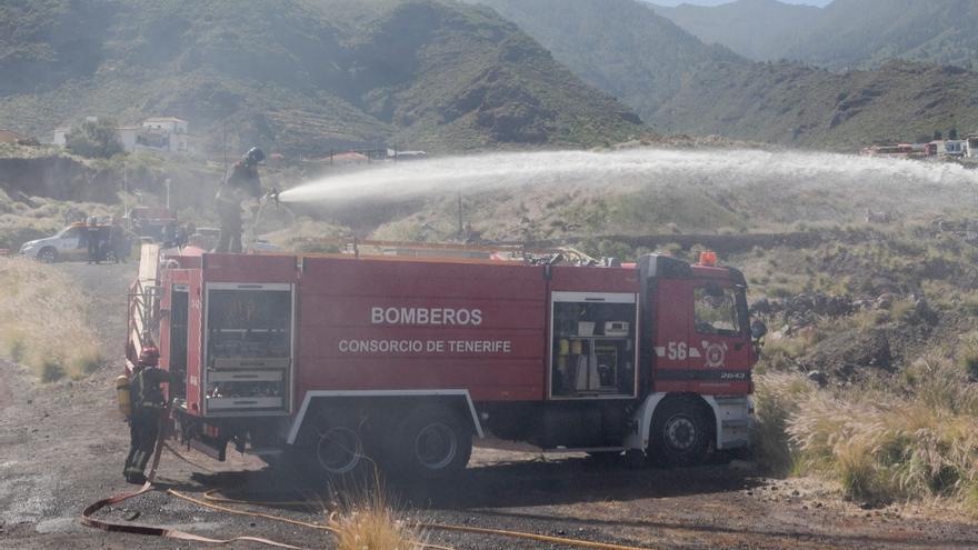 Bomberos de Tenerife colabora con el SUC en el rescate de un bañista en la playa Samarines de Candelaria