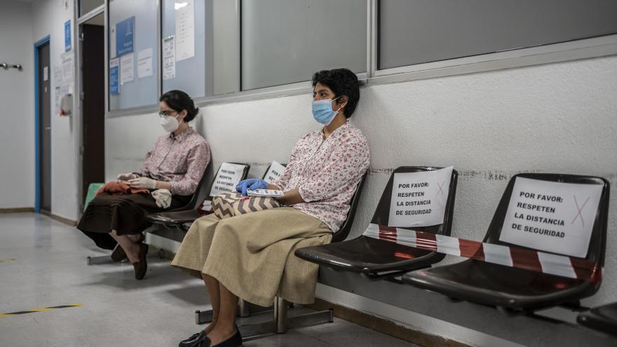En la sala de espera del área de alergias, como en todo el hospital, han reorganizado los espacios para respetar las distancias de seguridad.